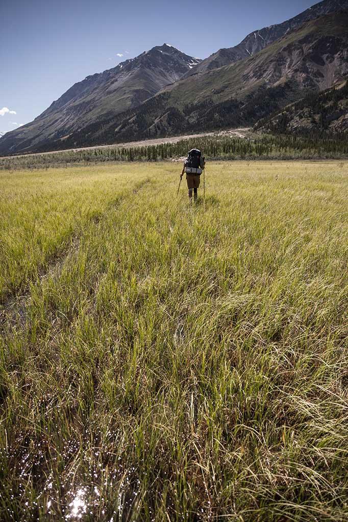 Jeden z mokřadů, který je potřeba překonat na Slim River Trail