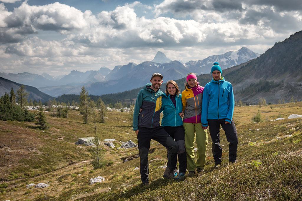 Cesta přes alpinské louky do kempu Porcupine