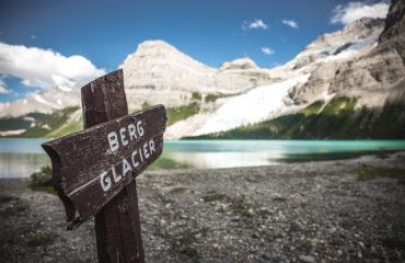 Ledovcové jezero Berg Lake pod horou Mount Robson