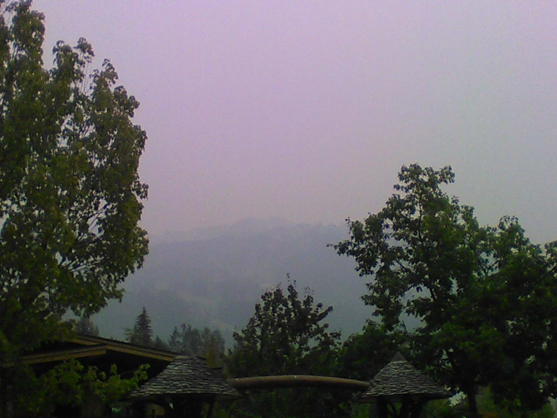 Mlha z letních požárů Blackcomb Mountain z Whistleru