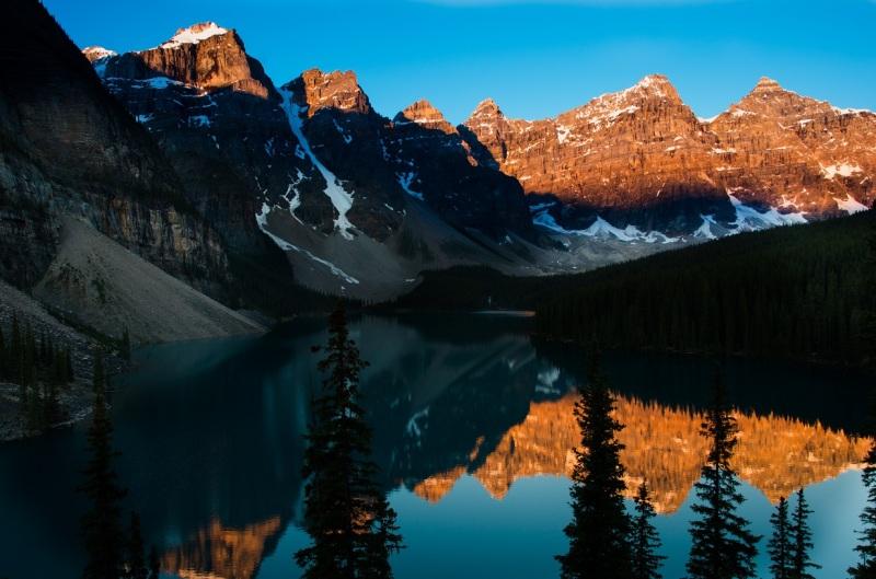 Moraine Lake v Kanadě východ slunce